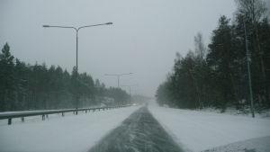En motorväg med mycket snö på.
