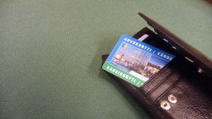 Busskort i plånbok.