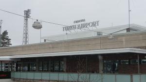 Fasaden på Åbo flygplats. På taket står skylten Finavia Turku Airport