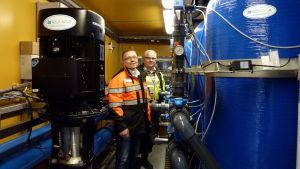Magnus Lundström och Marko Rusi med det mobila vattenverket