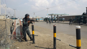 Afghanska säkerhetsstyrkor utanför valkommissionen som utsattes för en attack den 29 mars.