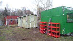 Några av de fallfärdiga byggnaderna på hundgården i Vöråstan i Vasa.