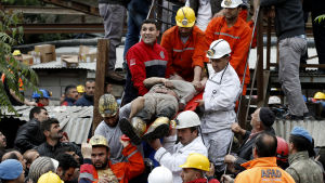 Räddningsmanskap evakuerar skadad gruvarbetare i Soma