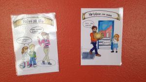 Det är viktigt att vara artig mot varandra påminner dessa lappar i Österby skola oss om.