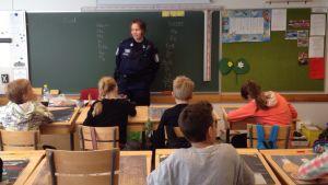 Eleverna i årskurs fyra i Österby skola lyssnar noggrannt på skolpolisen Camilla Fri-Bergström.