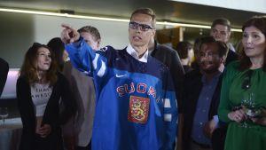 Alexander Stubb hejade på Finland under Samlingspartiets valvaka.