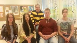 rektor stefan kula tillsammans med elever i Topeliusgymnasiet i Nykarleby