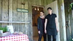 Sandra Wallin och Eliisa Riikonen är några av försäljarna i Gullkronaaffären i Sattmark i sommar.
