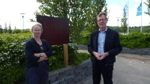 Nina Söderlund och Rune Franzén inviger Westerholmstigen i Södra hamnen i Nagu på lördag. Då avtäcks också  Westerholmstigens första informationsskylt.
