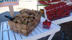 Nypotatis och jordgubbar går åt inför midsommaren.