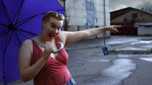 Turisti on innoissaan teollisuusmaisemasta, vaikka uhkaakin sataa.