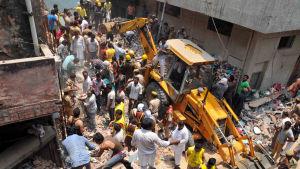 Många döda efter att ett höghus kollapsat i New Delhi, Indien.