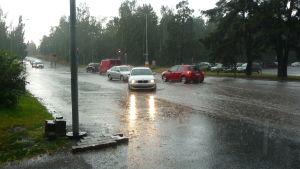 Bilarna körde upp på gångbanan för att komma undan vattenmassorna.