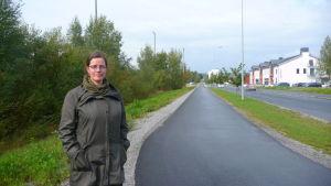 Planläggningsdirektör Päivi Korkealaakso vid Institutgatan där bostäder och kontor ska byggas.