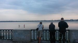 Män som fiskar vid floden