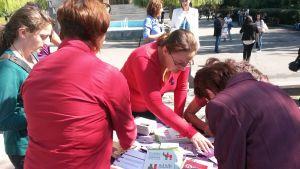 Här delar man ut broschyrer och samlar in namn mot våld i nära relationer, Jerevan, Armenien.