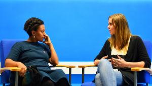 Muluken Cederborg och Amanda Audas-Kass diskuterar Petrus församling.