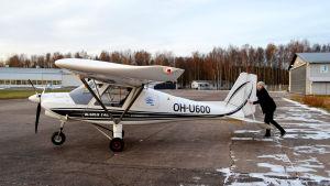 Axel Kalland rullar ut sitt ultralätta flygplan.