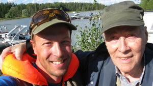 """Mikko """"Peltsi"""" Peltola toteuttaa sotaveteraani Reino Perta, 90, unelman päästä pitkästä aikaa merelle kalaan."""