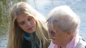 Laila, 74, pääsi käymään lapsuutensa Viipurissa ja sai vierailla vanhassa kotitalossaan. Lailan seurassa näyttelijä Alina Tomnikov.