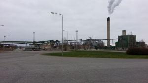Nedlagda cellulosafabriken Metsä-Botnias gamla fabriksbyggnader.