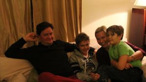 Familjen Zitting sitter i soffan i sitt hem i USA.