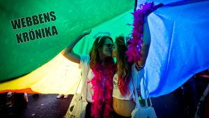 Två kvinnor kysser varandra under prideparaden i Prag i augusti 2014.