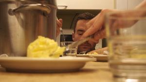astioita ja taustalla ravintoloitsija arto rastas