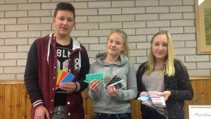 William Forsman, Fanny Bergvik och Elin Leppänen i UF-företaget Phonebuddies.