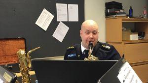 Saxofonisten Conny Sundman har tränat en hel del inför julfreden där han är med i Flottans musikkår.