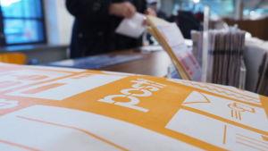 Maksikirje postikonttorin pöydällä.
