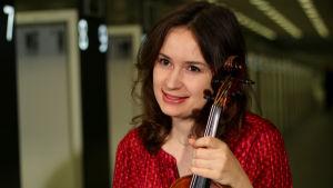 Viulutaiteilija Patricia Kopatchinskaja soittaa RSOn konsertissa