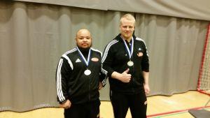 Simon Kankkonen, finsk mästare i bänkpress och Tomi Määttä, silvermedaljör i 105-kilos klassen..