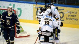Kärpät firar mål, Blues-Kärpät, februari 2015.