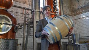 Séamus Holohan håller i en av sina whiskeytunnor i destilleriet.