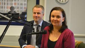 Statssekreterare Marcus Rantala (SFP) från Försvarsministeriet och Hanna Smith, forskare vid Alexandersinstitutet vid Helsingfors Universitet.