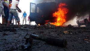 Striderna mellan houthimilisen och regeringslojala styrkor fortsätter i Aden.