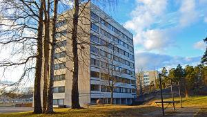 Ett höghus i Nordsjö i skymningen.