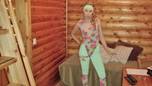 Jane vetäisee oman aerobicin Rastilan mökissä.