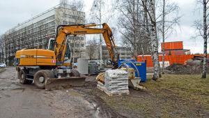 Grävskopa utanför metrobygget i Ängskulla