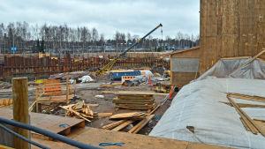 En titt över staketet på västmetrobygget i Ängskulla.