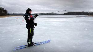Vapaaehtoinen norppalaskija Toni Koskinen toimi oppaana Louhivedellä.