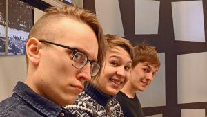 Axel Åhman, Jakob Norrgård och Kevin Holmström poserar för kameran.
