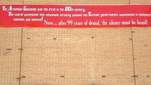 Banderoll som påminner om det armeniska folkmordet