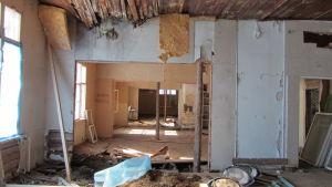 Raatesalmen päärakennus on pommikunnossa, mutta se aiotaan kunnostaa pikkuhiljaa.