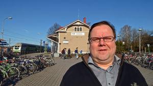 Tarmo Aarnio,  kommundirektör i Kyrkslätt, poserar fram för Kyrkslätt station.