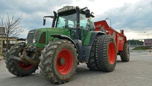 Traktor med gödselspridare.