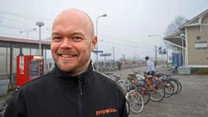 Jukka Niemelä ska hjälpa upp till 200 unga att skaffa sommarjobb i Esbo.