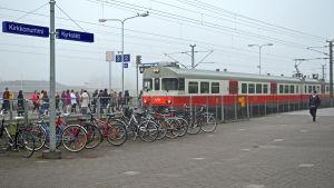 Passagerare stiger ombord på Y-tåget i Kyrkslätt, mot Helsingfors.
