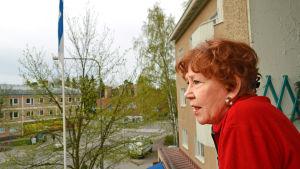 Helen Elde står på sin balkong och blickar ut över Månsas.